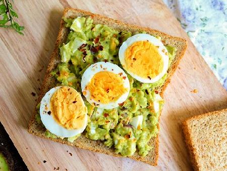 Бърз вегетариански сандвич / тост с авокадо и варено яйце - снимка на рецептата